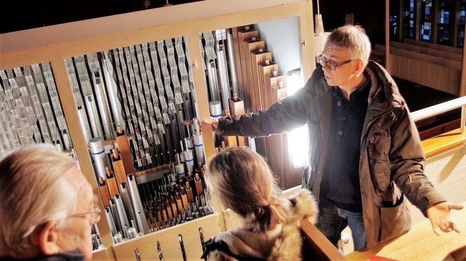 Thomas Neuhoff erklärt die Orgel in der Lukaskirche