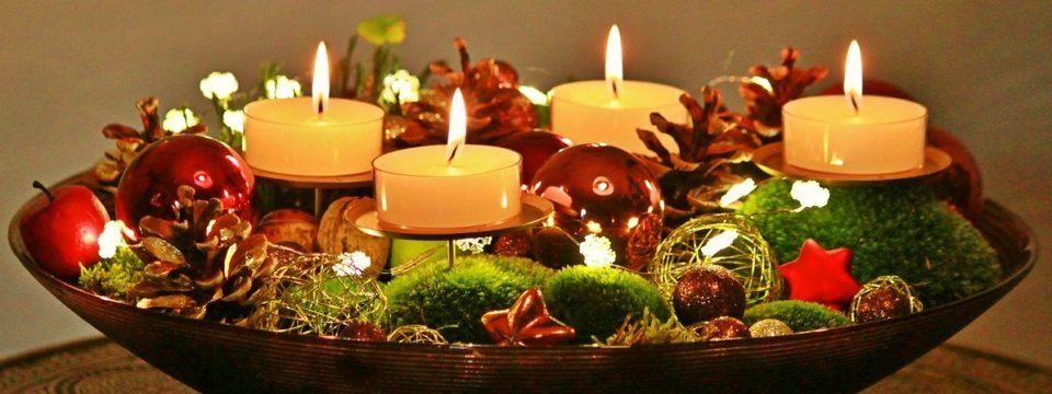 Adventskranz mit vier weißen Kerzen.