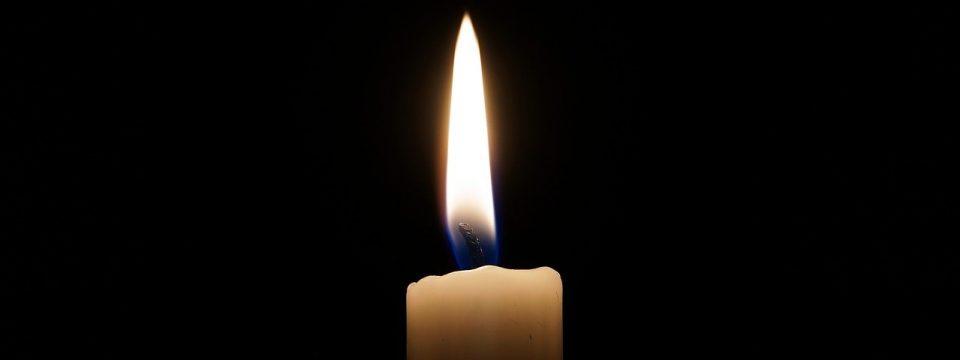Kerzenflamme vor schwarzem Hintergrund.