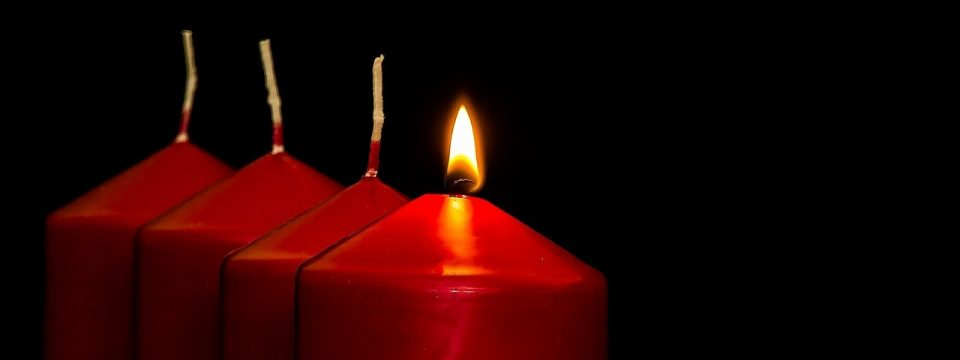 Vier Kerzen: Die erste Kerze brennt