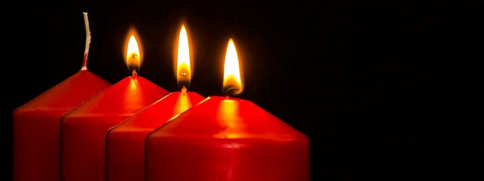 Vier Kerzen: Die dritte Kerze brennt.