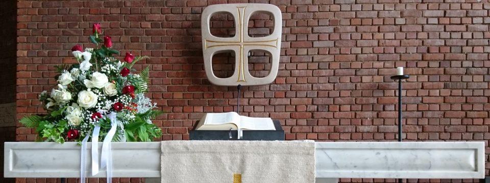 Lukaskirche Bonn, Altar mit Bibel und Hochzeitsgesteck