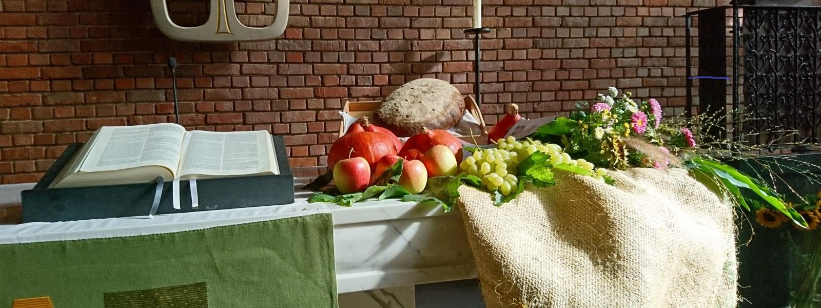 Altar mit Bibel und Erntedank-Gaben. Lukaskirche Bonn, 30.09.2018.