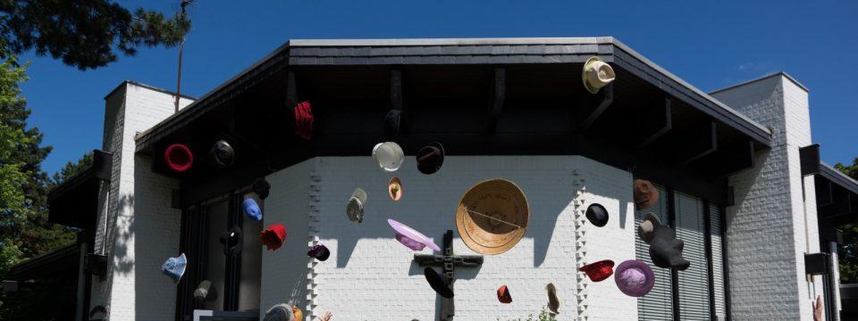 """Fliegende Hüte vor dem Gemeindeforum Auerberg zum Motto des GEmeindefestes 2019 """"Gut behütet!"""""""