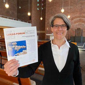 Pfarrerin Michaela Schuster präsentiert das Extrablatt des Gameindebriefs zu Ostern 2020