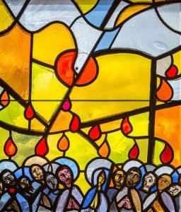 Pfingsten. Ausgießung des Heiligen Geistes. Fenster der Kirche St. Peter in Büsserach von Hans Stocker.