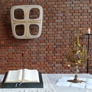Fronleichnam ökumenisch: Monstranz* von St. Petrus und Bibel der Lukaskirchengemeinde nach der Fronleichnamsprozession 2018.